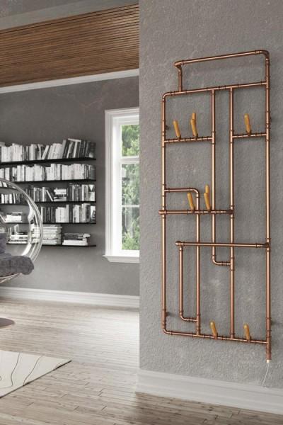 Designheizkörper Pajak in Kupfer im Wohnzimmer an der Wand neben Fenster