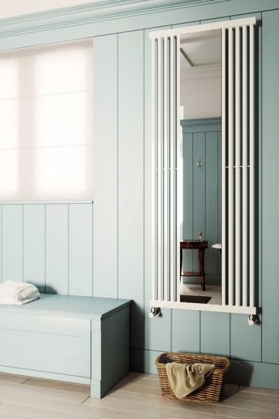 Designheizkörper Intra M mit Spiegel in weiß, arrangiert im Zimmer auf Fliesen neben Bank