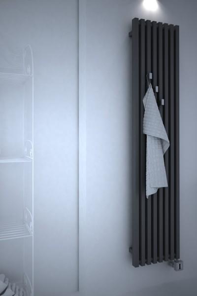 Designheizkörper Triga V arrangiert im Bad in Schwarz mit Handtuchhacken