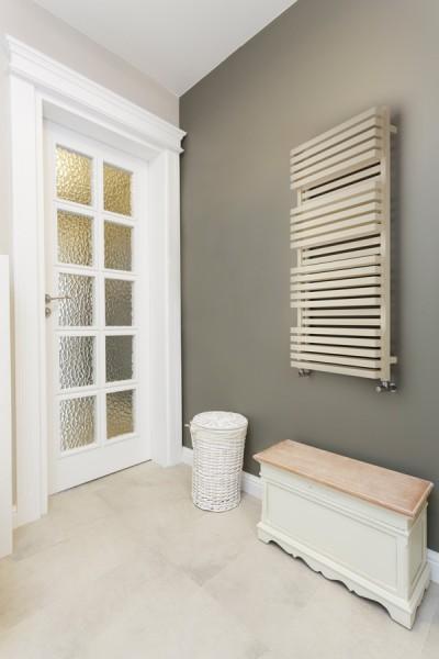 Badheizkörper Quadrus Bold im Badezimmer neben einer Tür