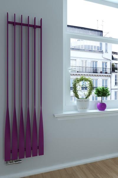 vertikaler Designheizkörper Cyklon V RAL 4008 frontal im Zimmer neben Fenster