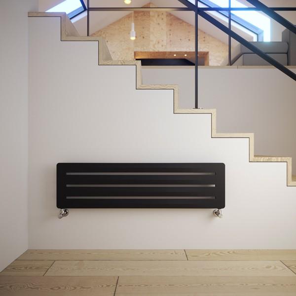 horizontaler Designheizkörper Aero H, Farbe Metallic Black, m, arrangiert vor Treppe