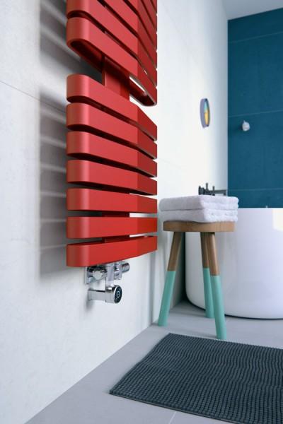 Auschnitt roter Badheizkörper an der Wand