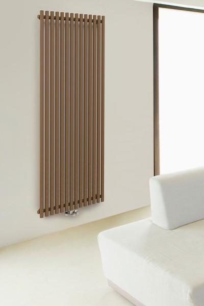 Brauner Designheizkörper in einem Wohnzimmer mit Thermostatventil