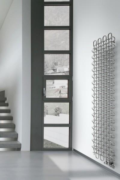 Designheizkörper PLC V arrangiert im Flur neben einer Treppe
