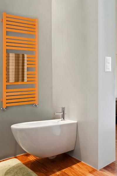 handtuchheizkörper im arrangiertes Foto im Badezimmer