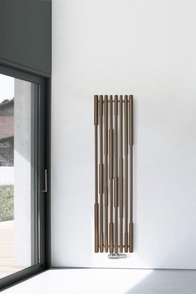 vertikaler Designheizkörper Cane Farbe Granite, arrangiert im Flur neben Fenster
